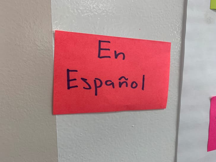"Photo of a sticky note that says ""En espanol."""